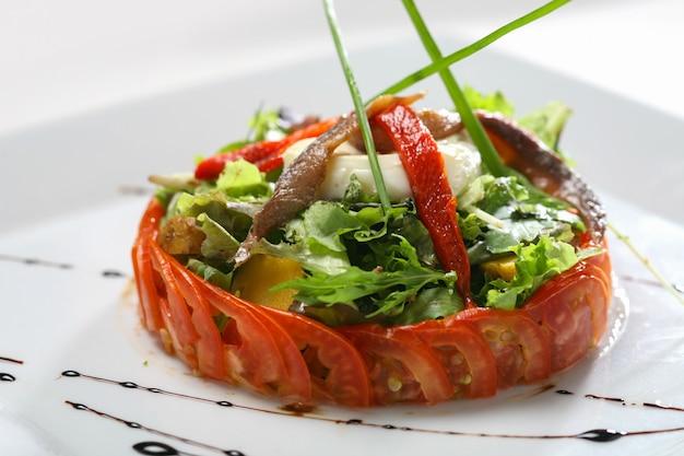Gastronomische salade met ansjovis en kaas