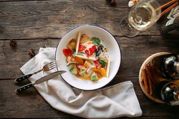 Gastronomische salade met groenten gerookte vis augurken