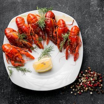 Gastronomische zeevruchtenschotel met kreeft en kruiden