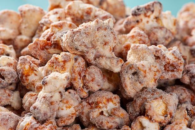 Gastronomische zoete popcorn in close-up foto. karamel smaak. bovenaanzicht