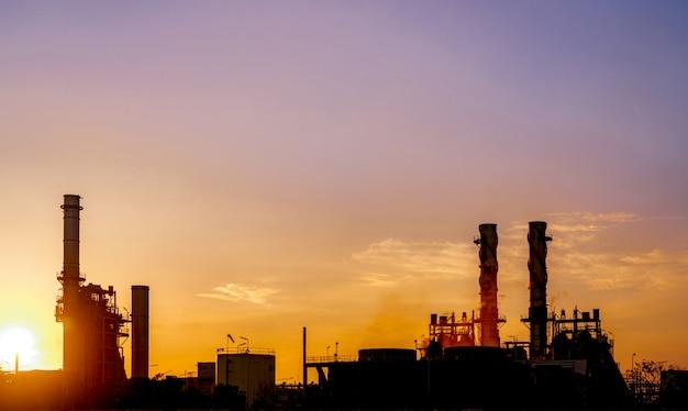 Gasturbine elektrische energiecentrale. energie voor ondersteuningsfabriek op industrieterrein. aardgastank. kleine gascentrale. elektrische centrale die aardgas als brandstof gebruikt. groene energie.