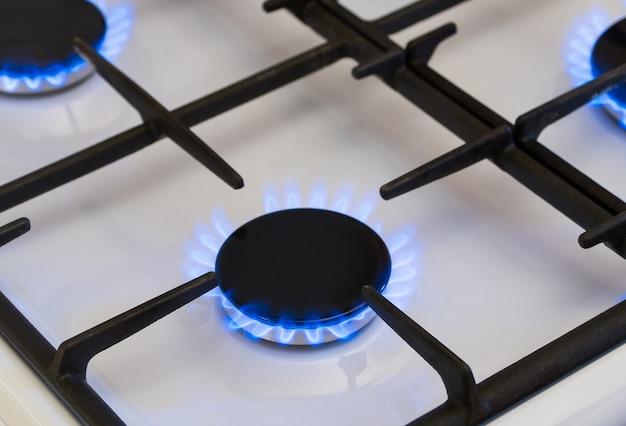 Gasverbranding in de brander van gasfornuis, gastekort en crisis, bovenaanzicht