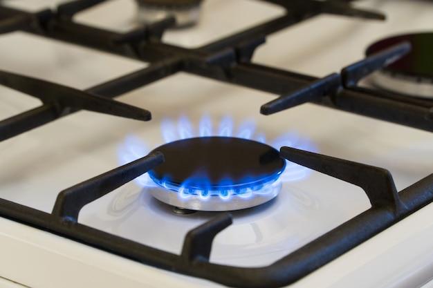Gasverbranding in de brander van gasfornuis, gastekort en crisis