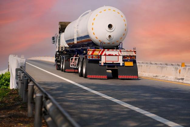 Gasvrachtwagen op snelwegweg met tankoliecontainer, transportconcept., import, export logistiek industrieel transport over land op de asfaltsnelweg