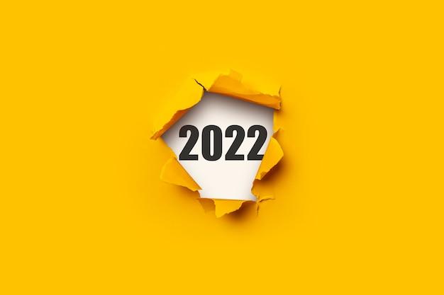 Gat in de muur en de tekst 2022. concept nieuwjaar.