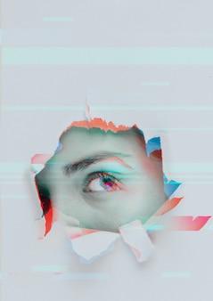 Gat in de muur met glitched oog