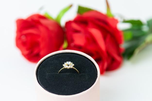 Gave van ring en rozen voor valentijnsdag