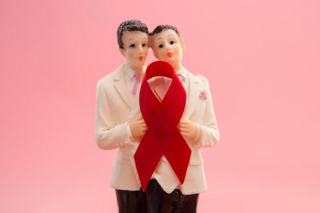 Gay bruidstaart toppers met rood bewustzijn lint