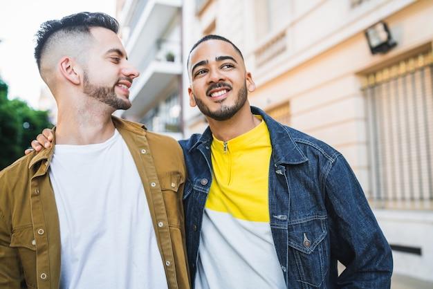 Gay paar tijd samen doorbrengen.