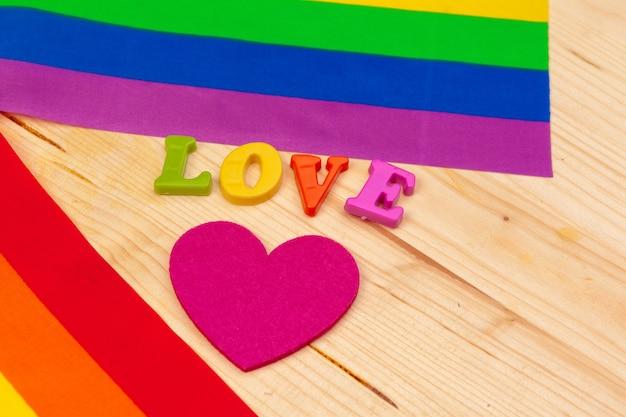 Gay pride vlag op houten tafel