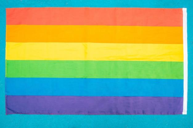 Gay pride vlag van bovenaanzicht op blauwe achtergrond