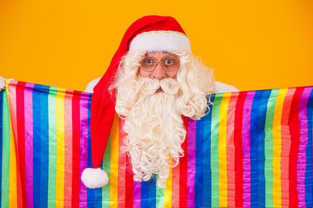 Gay santa claus met de lgbt-vlag. kerst gay pride-concept.