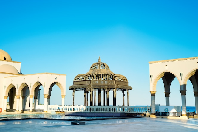 Gazebo op vierkant van gekleurde fonteinen in Sahl Hasheesh