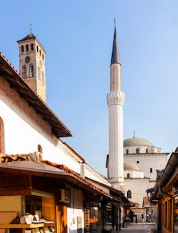 Gazi husrev-bey-moskee en de klokkentoren, sarajevo