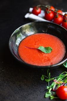 Gazpacho van tomatensoep in een bord