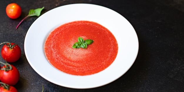 Gazpacho van tomatensoep in plaat op tafel