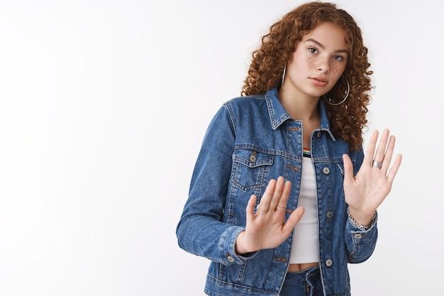 Gealarmeerd intens ontevreden serieus bezorgd schattig roodharig meisje krullend haar sproeten acne stap achteruit verstoord handpalmen opheffen defensief sorry blik terughoudend zorgvuldig weigeren, afwijzing geven