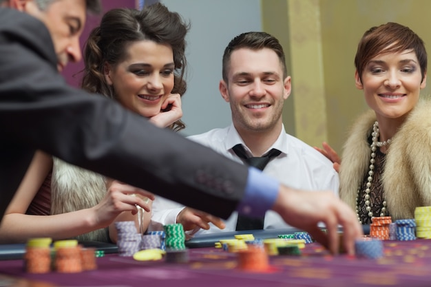 Geamuseerde groep in een casino