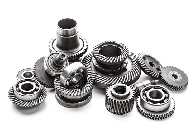 Gear metalen wielen, geïsoleerd op een witte ondergrond