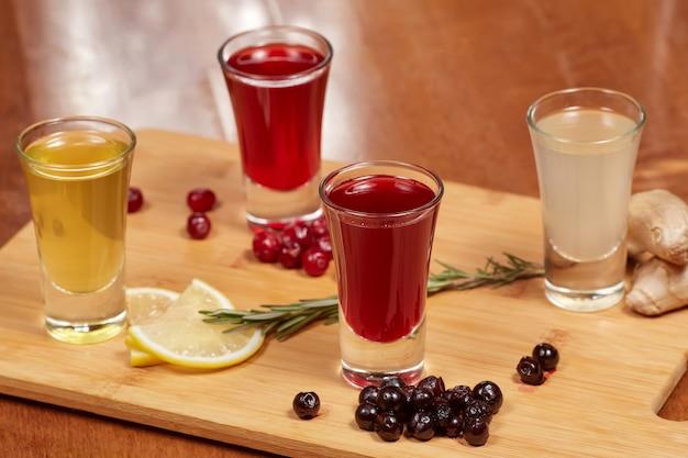 Gearomatiseerde fruitlikeuren op houten bord