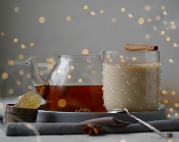 Gearomatiseerde masala-thee gemaakt door zwarte thee te brouwen met aromatische specerijen en kruiden