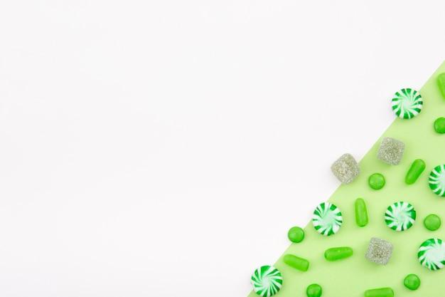 Gearomatiseerde snoepjes verspreid in tafel