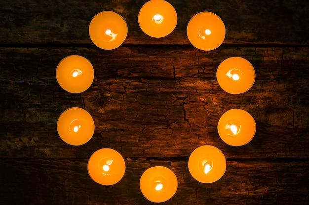 Gearomatiseerde spa kaarsen in de vorm van een cirkelmodel op de houten achtergrond