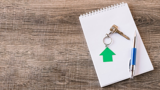 Gearrangeerde sleutel en blocnote op lijst