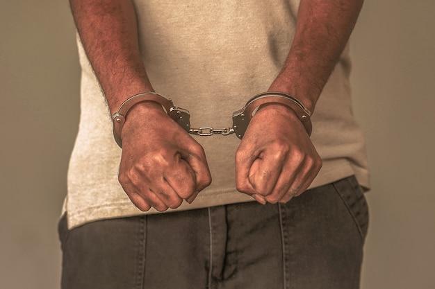 Gearresteerde man met handboeien