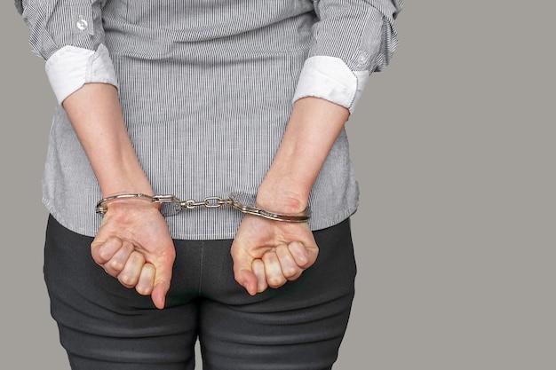 Gearresteerde vrouw met handboeien aan de achterkant