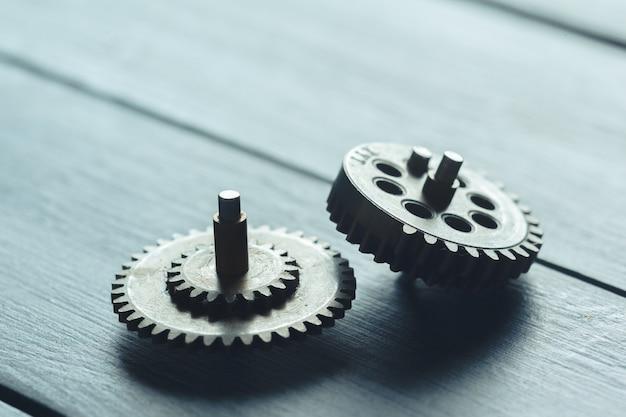 Gears op de donkere houten