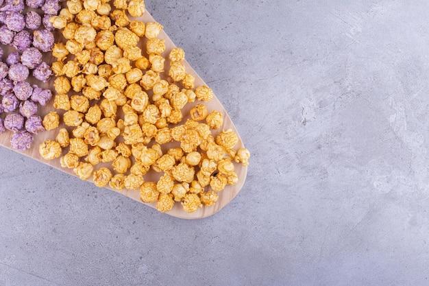 Geassorteerd dienblad van popcornsuikergoed bovenop gestapeld op marmeren achtergrond. hoge kwaliteit foto