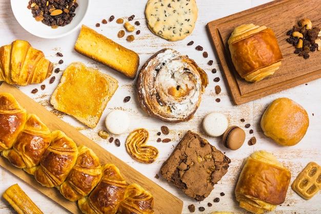 Geassorteerd gebakje dichtbij rozijnen en noten