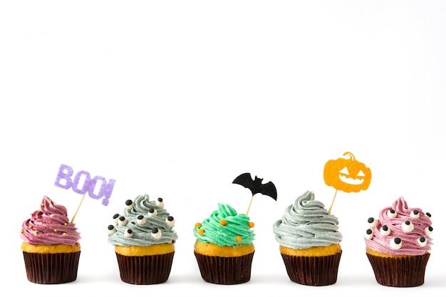 Geassorteerd halloween cupcakes geïsoleerd op wit