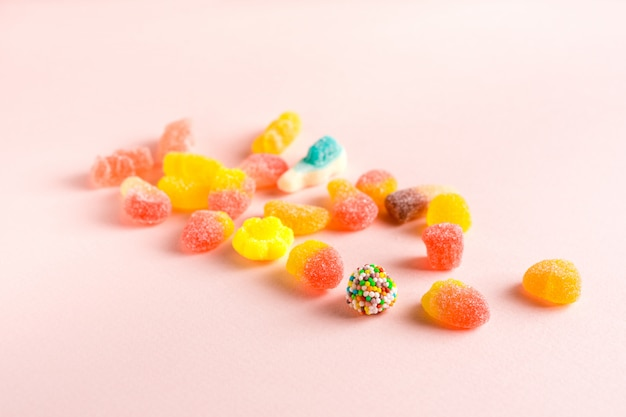 Geassorteerd kleverig suikergoed op roze oppervlakte