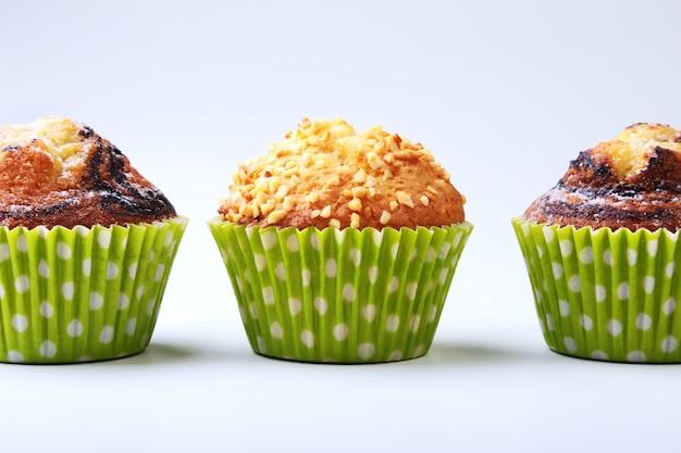Geassorteerd met heerlijke eigengemaakte cupcakes met rozijnen en chocolade die op witte achtergrond wordt geïsoleerd. muffins.