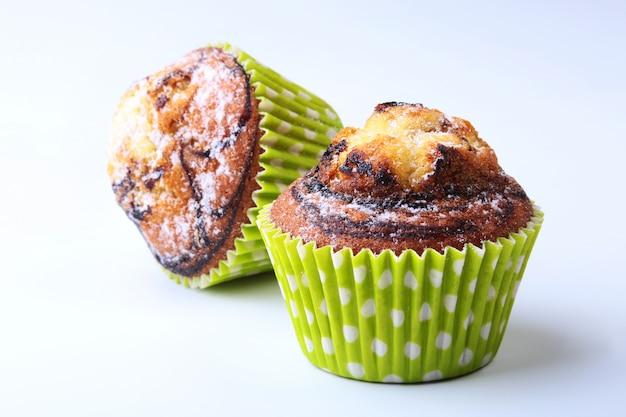 Geassorteerd met heerlijke eigengemaakte cupcakes met rozijnen en chocolade
