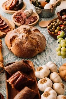 Geassorteerd voedsel rond brood