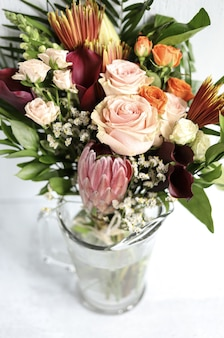 Geassorteerde bloemstuk in vaas