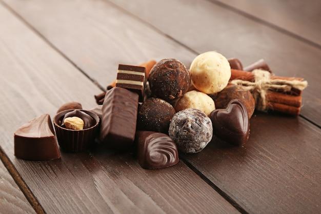 Geassorteerde chocolade snoepjes op een houten ondergrond, close-up