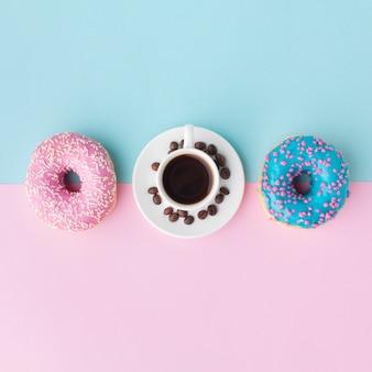 Geassorteerde donuts en koffie plat lag