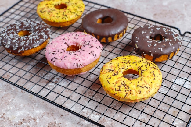 Geassorteerde donuts met chocolade frosted, roze geglazuurd en hagelslag.