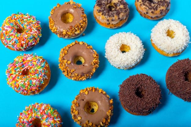 Geassorteerde donuts op een blauwe achtergrond