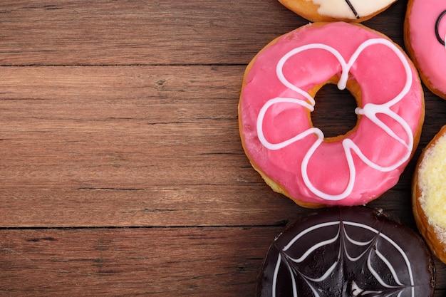 Geassorteerde donuts op houten achtergrond