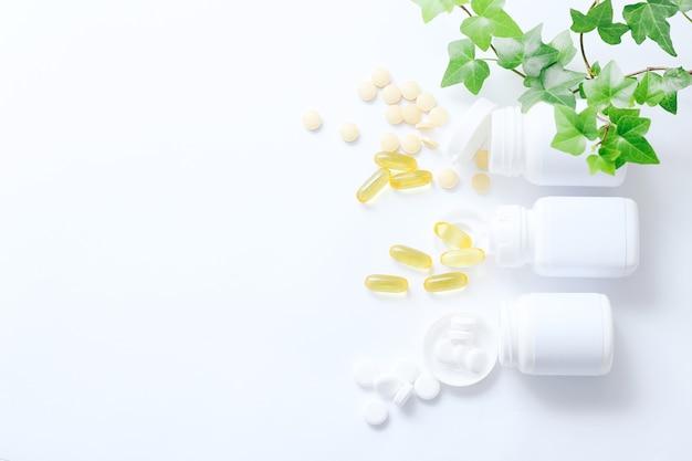 Geassorteerde farmaceutische geneeskundepillen, tabletten en capsules op een wit
