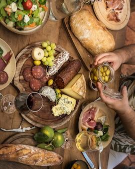 Geassorteerde fijne vleeswaren en het idee van het de fotografie recept van het kaasschotelvoedsel