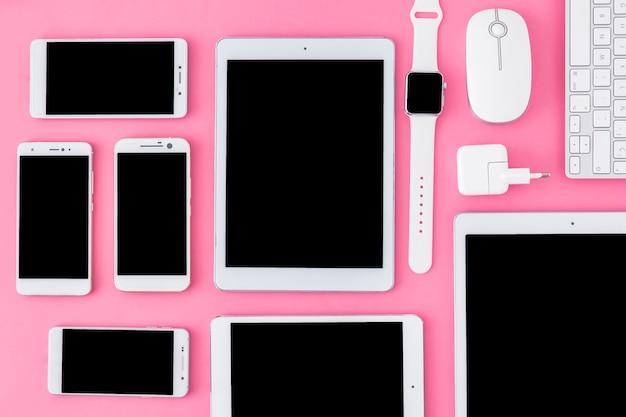 Geassorteerde gadgets met lege displays