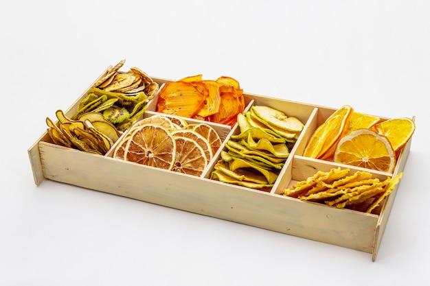 Geassorteerde gedroogde vruchten. gezond eten concept. houten doos