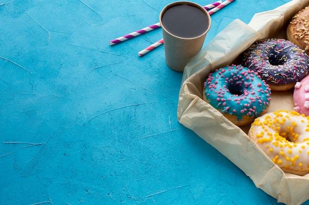 Geassorteerde geglazuurde donuts kopie ruimte