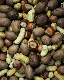 Geassorteerde gemengde noten op houten tafel. bovenaanzicht